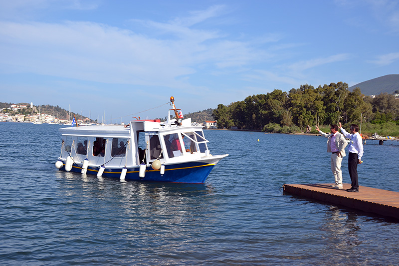 Guests-arriving-for-the-wedding-on-Poros