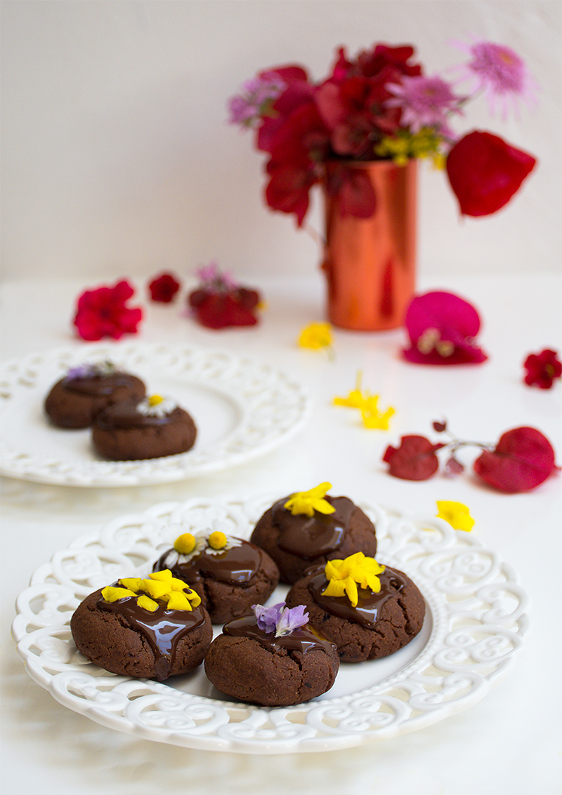 Vegan chocolate cookies with edible flowers at Odyssey Poros Greece food photography foodblog